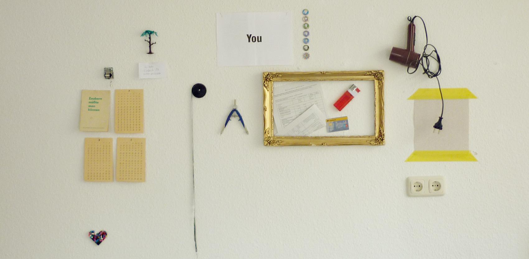 Wand mit seltsamen Gegenständen in Petersburger Hängung