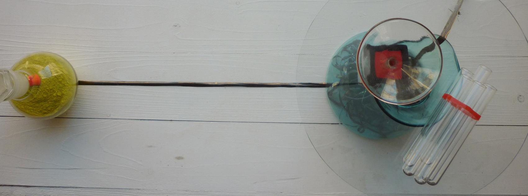 Pigmente, Reagenzgläser und Glas-Phiolen im Schaufenster