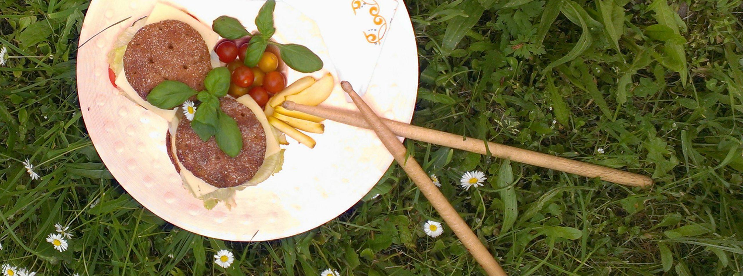 Wiesenpicknick mit Percussion-Geschirr