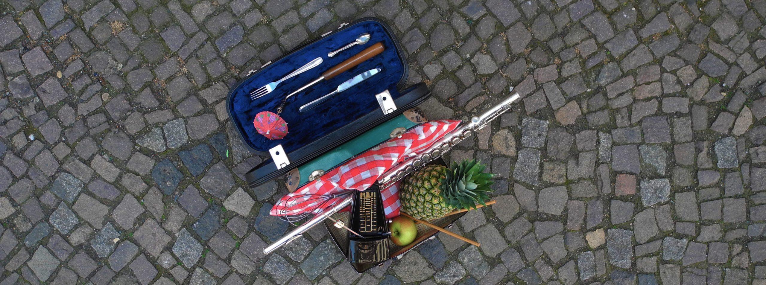 Pflastersteinpicknick mit Besteck im Querflöten-Koffer