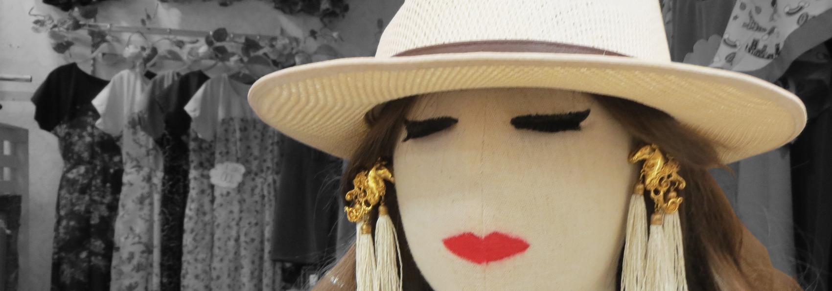 Textile Schaufensterpuppe mit aufgemalten Lippen und Wimpern